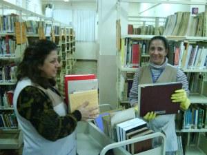 Neiva e Laísa higienizando os livros